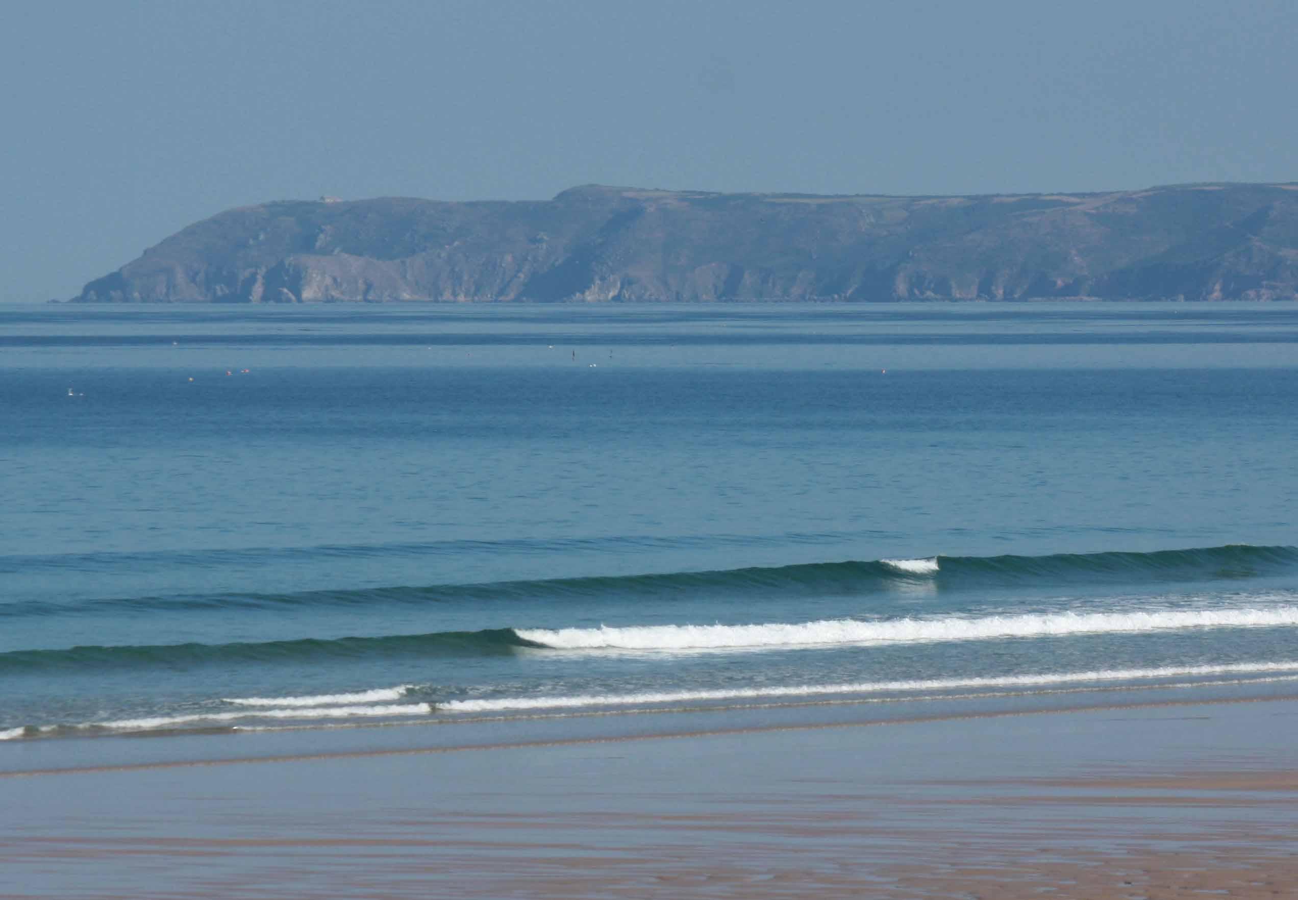 Poussée de houle et vagues surfables vent faible…