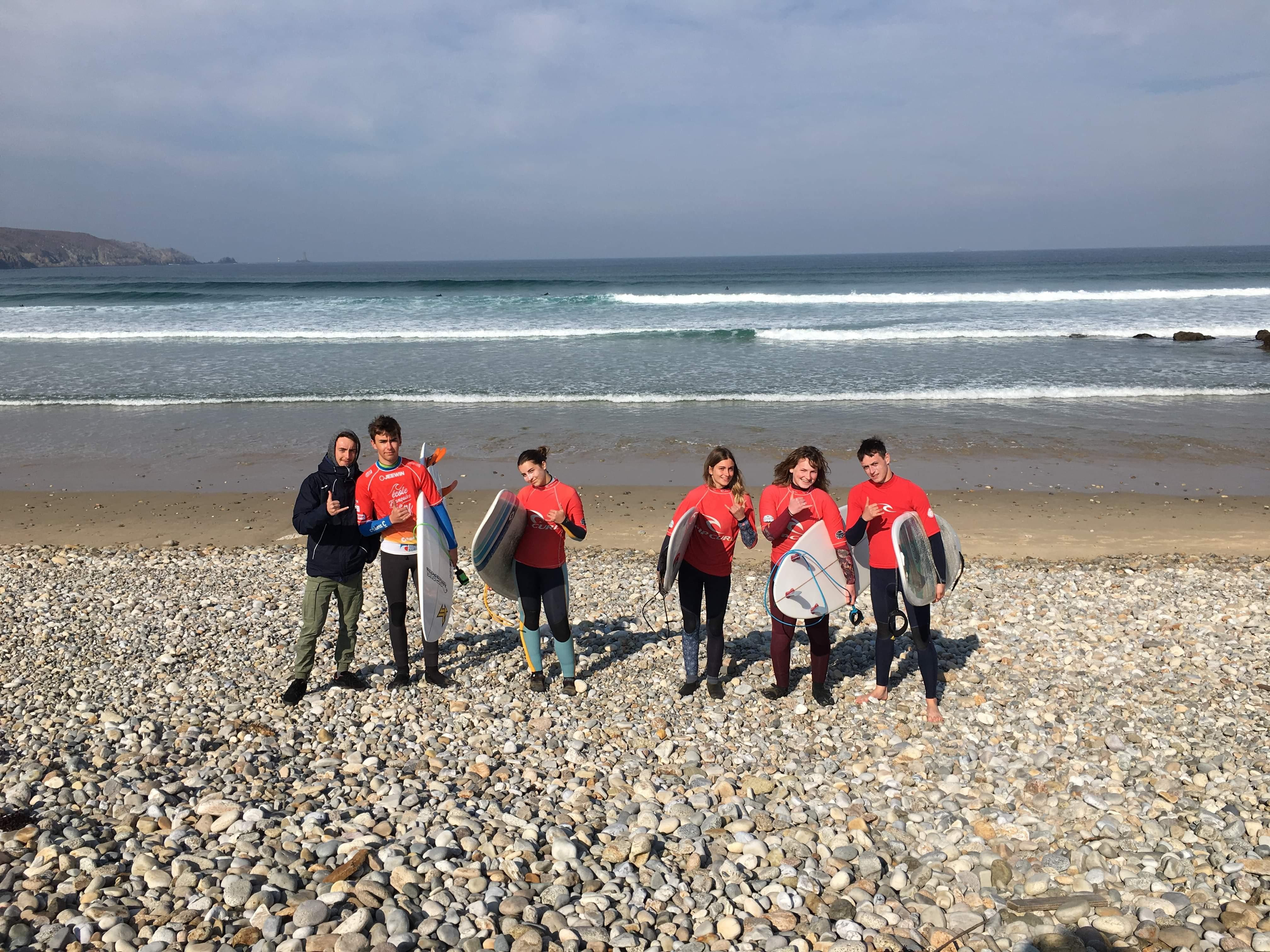 Stage de surf à La Torche pour les jeunes surfeurs du Cotentin Surf Club.
